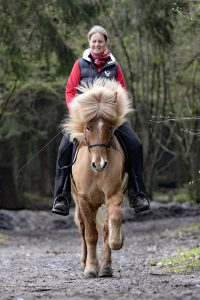 Kaja Stührenberg auf einem Islandpferd im schönen Tölt